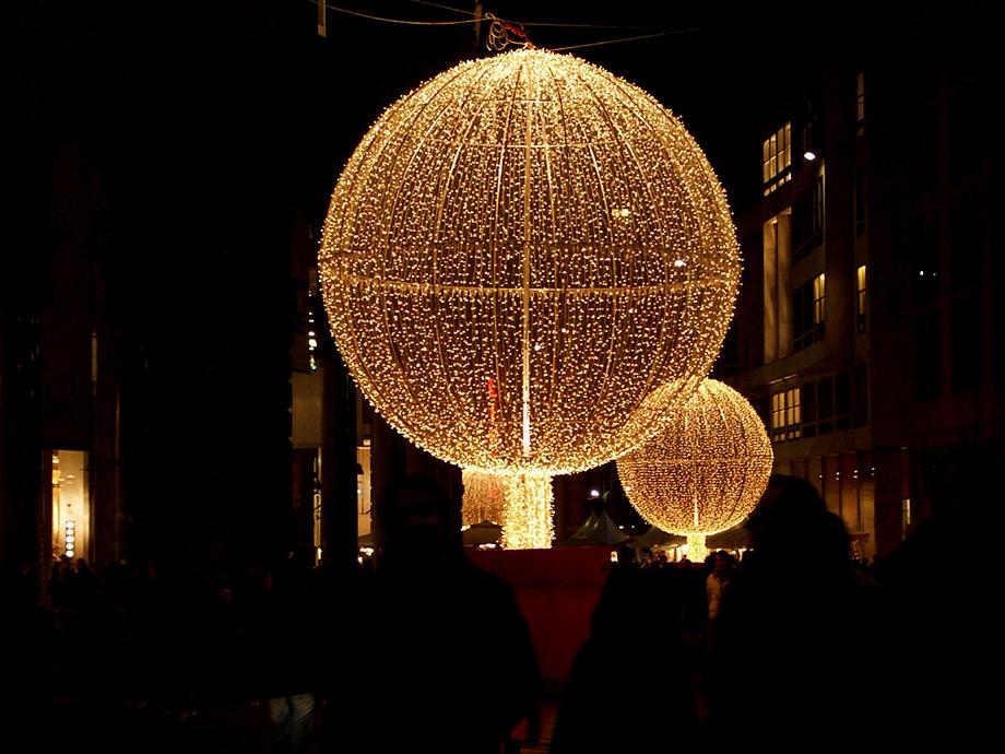 Illuminazione Natale Milano: Bandiere dell expo illuminano roma per le feste ...